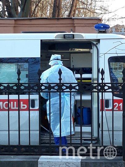 """Скорые выстроились перед приемным отделением Введенской больницы. Фото """"Metro"""""""