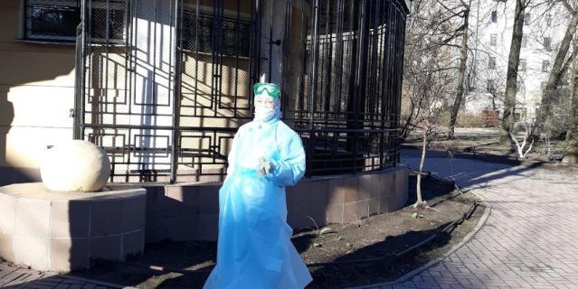 Скорые выстроились в большую очередь перед приемным отделением Введенской больницы.