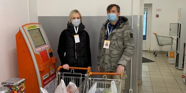 Волонтеры Тимур Колосов и Юлия Курбатова.