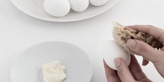 Необычное окрашивание пасхальных яиц.