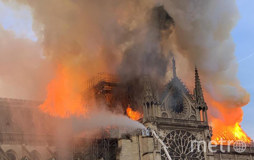На тушение пожара мобилизованы около 400 пожарных. Фото AFP
