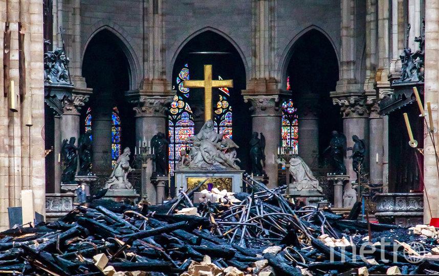 В результате происшествия обрушились шпиль и часы, обвалилась значительная часть крыши Собора. Фото AFP