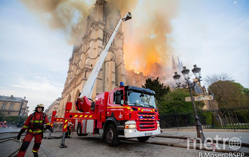 На тушение пожара мобилизованы около 400 пожарных. Фото Getty