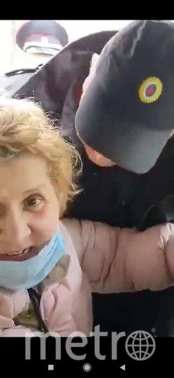 Сотрудник полиции пожаловался, что женщина расцарапала ему лицо. Фото скриншот из Telegram-канала, в котором было размещено видео