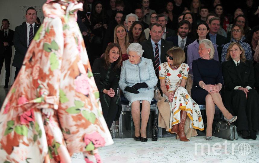 Королева Елизавета II и Анджела Келли (справа) на Недели моды в Лондоне. Архивное фото. Фото Getty