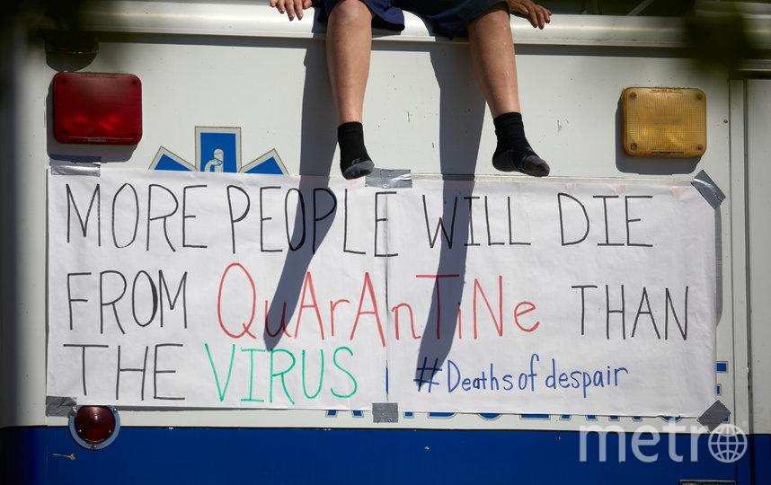 """Акция протеста в Северной Каролине. Надпись гласит: """"Больше людей умрут от карантина, чем от вируса"""". Фото AFP"""