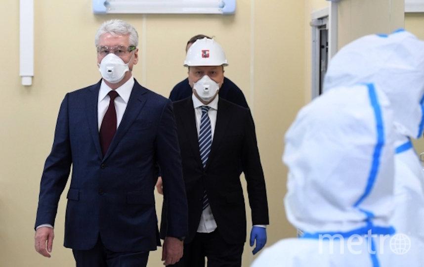 Мэр Москвы Сергей Собянин (слева) на открытии инфекционного центра в Новой Москве. Фото РИА Новости