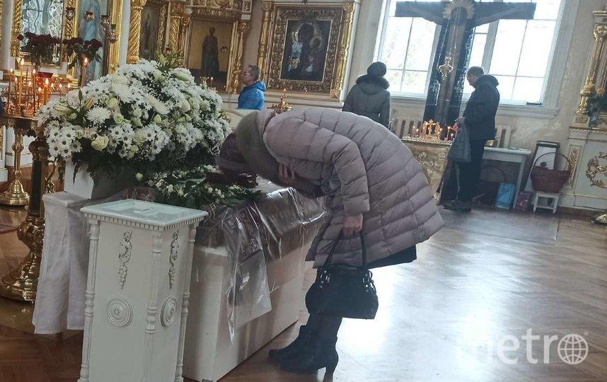 Прихожанка прикладывается к плащанице Христа в Князь-Владимирском соборе. Фото Людмила Сагайдачная