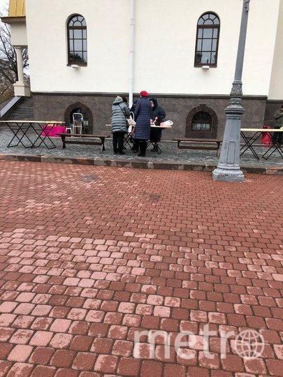 У храма Святых Апостолов Петра и Павла в Сестрорецке. Фото Карина Тепанян.