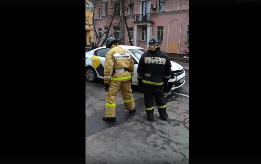 Автомобили такси и запрещенного каршеринга попали в аварию. Фото Скриншот видео, vk.com/spb_today