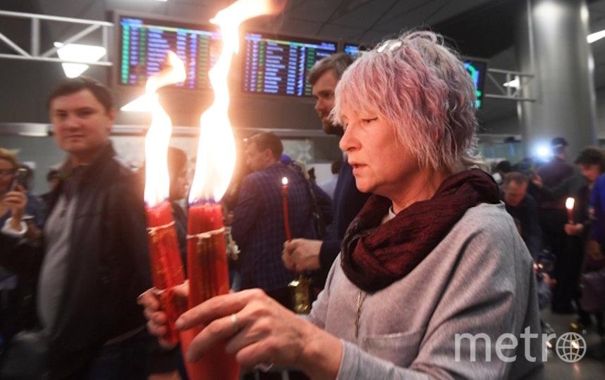 """Верующие во время встречи Благодатного огня в аэропорту """"Внуково"""" в 2019 году. Фото РИА Новости"""