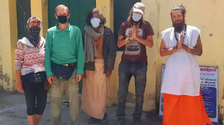 Шестерых туристов, которые жили в пещере в индийском штате Уттаракханд, обнаружили полицейские. Фото Twitter/ @RwRishikesh
