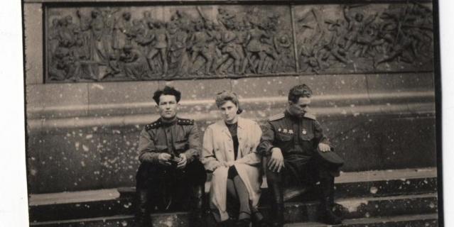 Ржевская с офицерами-разведчиками у подножия берлинского монумента.