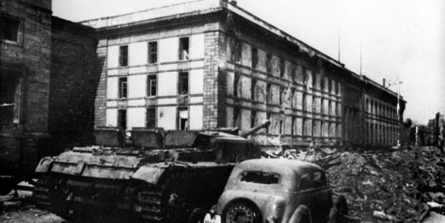 Здание имперской канцелярии в Берлине, под которым находился бункер Гитлера.