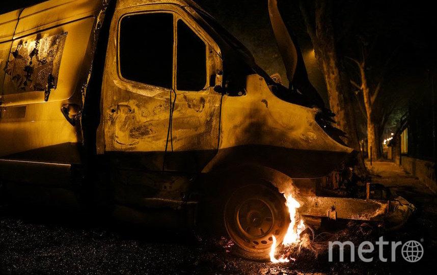 Протестующие жгли машины. Фото AFP