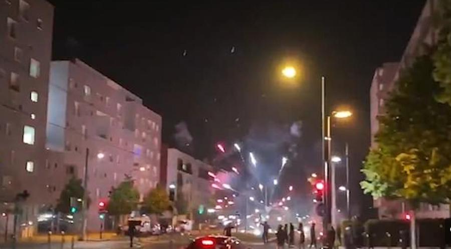Выходцы из арабских стран атаковали полицейских. Фото скриншот Twitter @T_Bouhafs