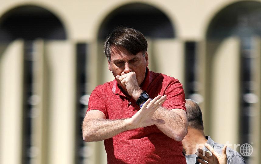 Президент Бразилии прибыл на массовую акцию без масок и перчаток, несмотря на кашель. Фото AFP