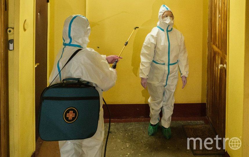 """Медсестра проводит дезинфекцию костюма терапевта после посещения квартиры, где находится пациент с подозрением на коронавирус. Фото Алена Бобрович, """"Metro"""""""