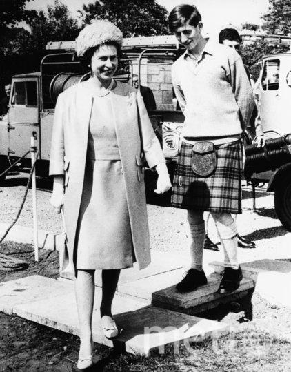 Королева Елизавета II и её сын принц Чальз. 1967 год. Фото Getty