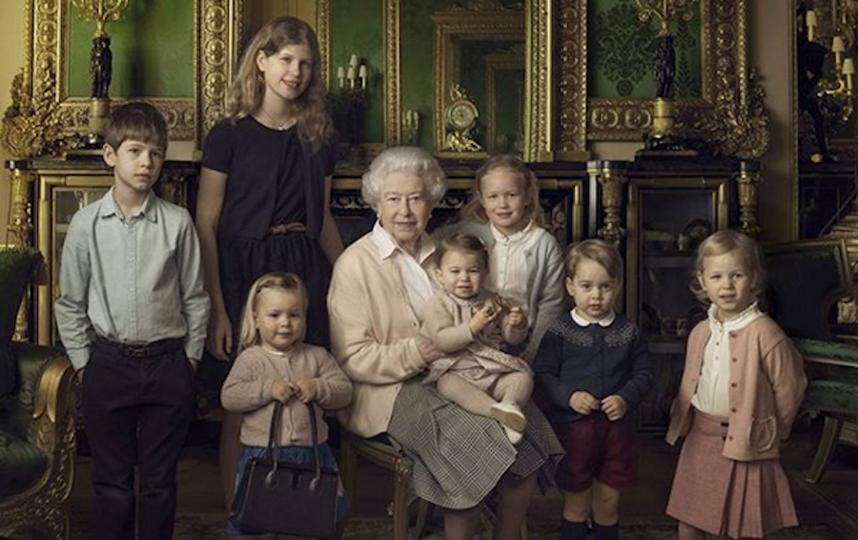 Королева Елизавета II с детьми королевской семьи. Фото Instagram @theroyalfamily