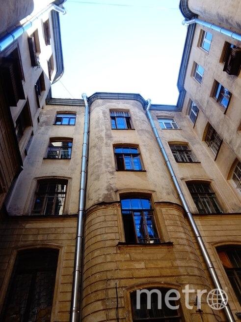 Окна дома в Саперном переулке. Фото mytndvor, vk.com