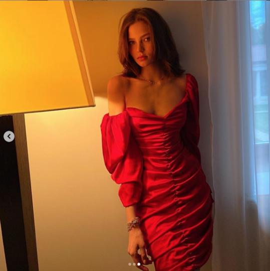 Алеся Кафельникова в красном платье. Фото Скриншот Instagram/kafelnikova_a