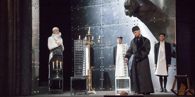 """Сцена из спектакля """"Сны господина де Мольера""""."""