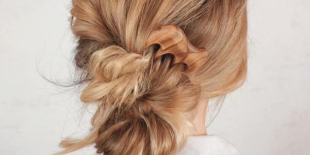 Секрет причёски из жгутиков в том, что пряди нужно закручивать в одну сторону, а переплетать между собой – в обратном направлении.
