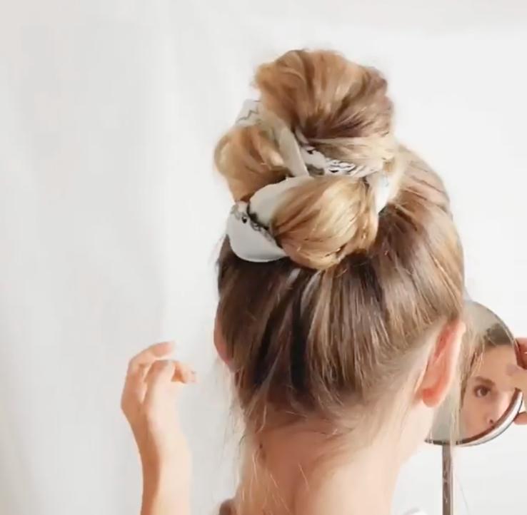 Причёска с шёлковым платком. Фото предоставлено Юлией Матвеевой