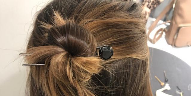 Мальвинку с узлом можно надёжно закрепить и на достаточно коротких волосах. Главное – подобрать длину и количество шпилек.