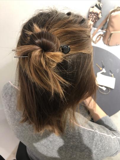 Мальвинку с узлом можно надёжно закрепить и на достаточно коротких волосах. Главное – подобрать длину и количество шпилек. Фото предоставлено Юлией Матвеевой