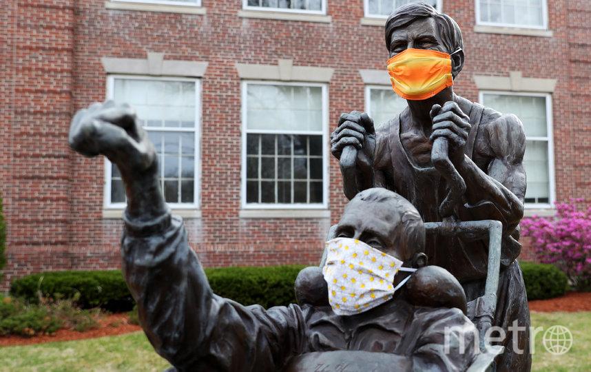 Тканевые защитные маски украшают статую Рика и Дика Хойта. Хопкинтон, Массачусетс, США. Фото Getty