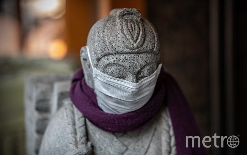 Статуя у ресторана в Токио, Япония. Ранее власти ввели режим ЧС на территории всей страны. Фото Getty