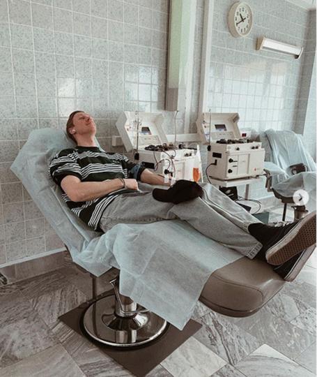 Пётр Тюшкевич показал, как сдаёт кровь. Фото Instagram @petertyushkevich