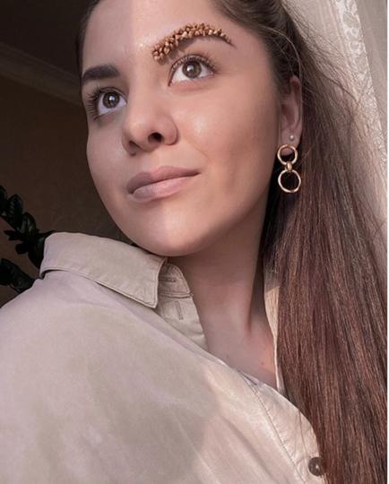 """Гречневые брови"" – очередная шутка, возникшая из-за ажиотажа на гречку. Фото Instagram @lizaa_brows"