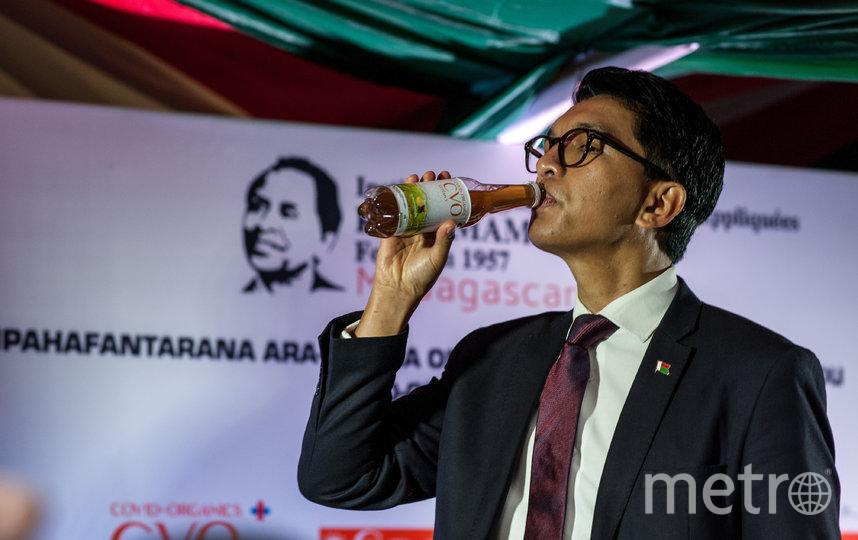 "Президент Мадагаскара Андри Радзуэлина употребляет ""лекарство"" на пресс-конференции. Фото Getty"
