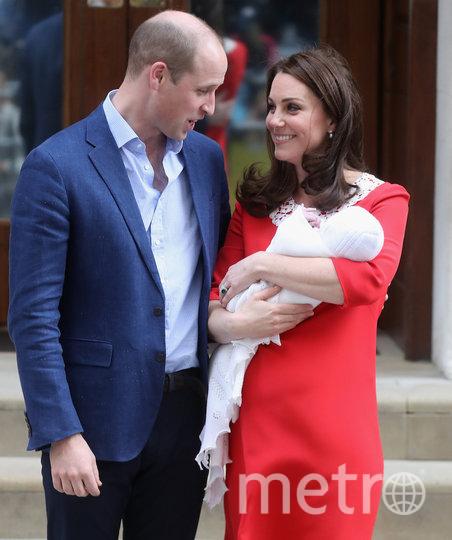 Принц Луи с родителями в день выписки Кейт из роддома. Фото Getty