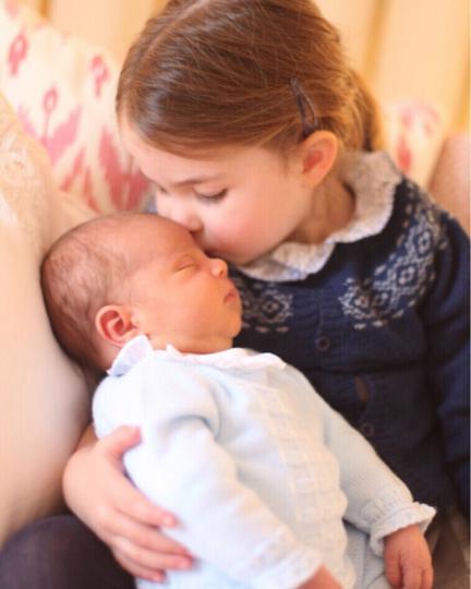 Принц Луи с сестрой принцессой Шарлоттой. Фото Instagram @kensingtonroyal