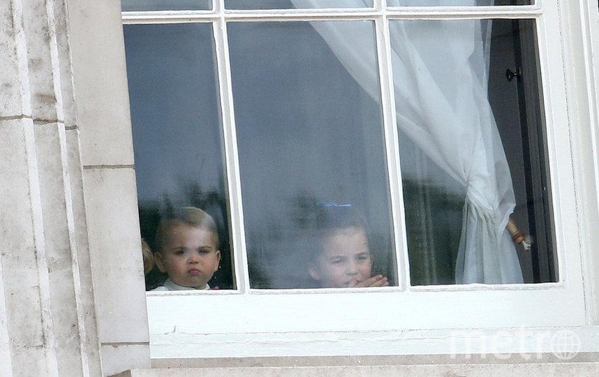 Принц Луи c другими детьми за стеклом Букингемского дворца. Фото Getty