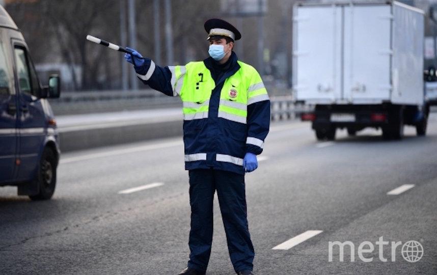Сотрудник дорожно-патрульной службы ГИБДД на блокпосту при въезде в Москву со стороны Рязанского проспекта, где из-за распространения коронавируса введены выборочные проверки автомобилей. Фото РИА Новости
