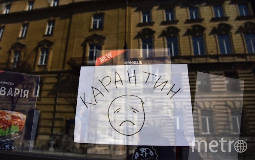 """Листок с надписью """"карантин"""" в витрине одного из закрытых кафе. Фото РИА Новости"""
