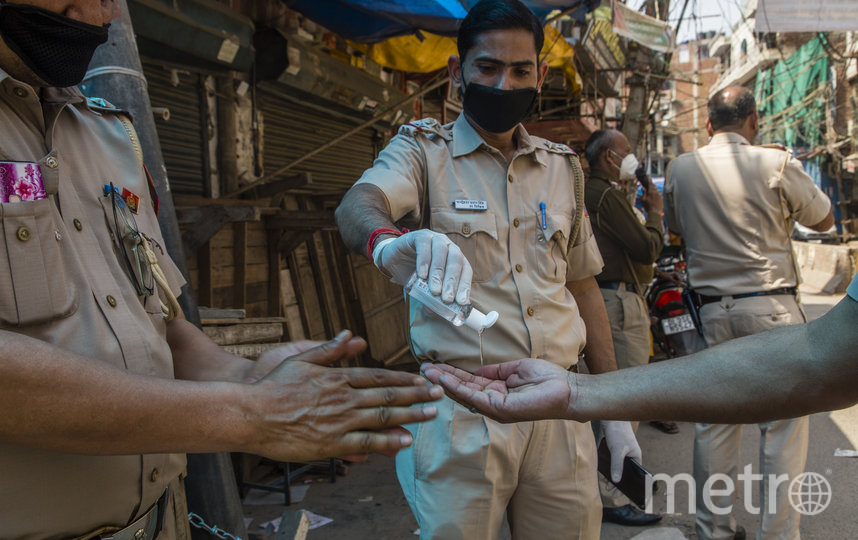Полиция в Индии внимательно следит за чистотой рук. Фото Getty