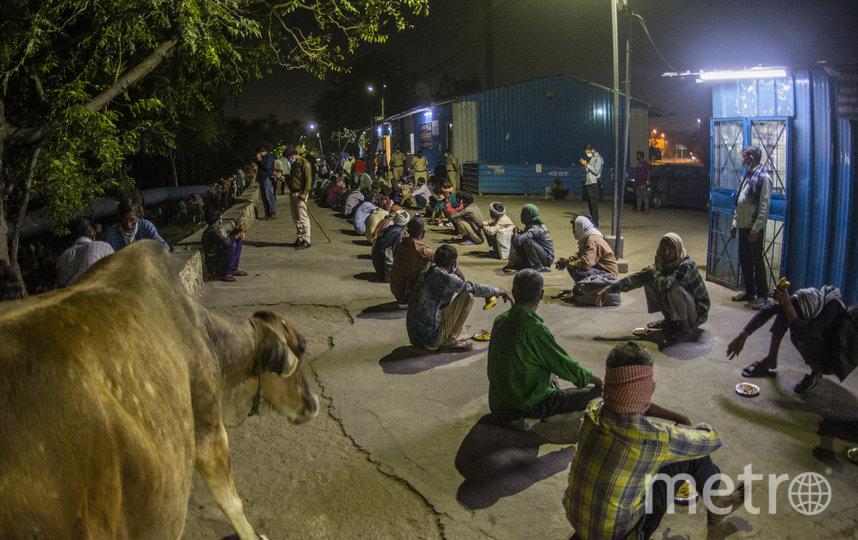 Потерявшие работу индийцы ждут еды. Фото Getty