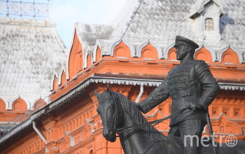 Памятник Георгию Жукову вернули на Манежную площадь. Фото РИА Новости