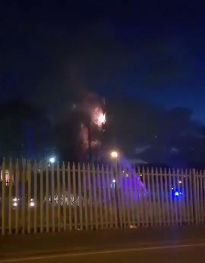 Горящая вышка сотовой связи 5G в Бирмингеме. Фото скриншот видео twitter @imjustbrum
