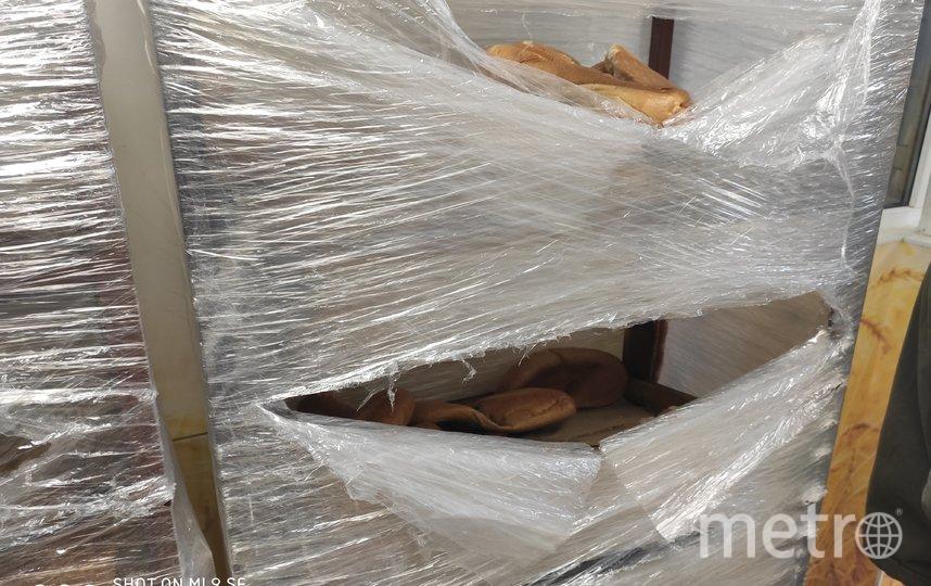 """Стеллажи с бракованным, но вкусным хлебом. Фото Дмитрий Роговицкий, """"Metro"""""""