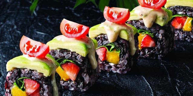 Black ролл из черного риса, манго, клубники и авокадо.