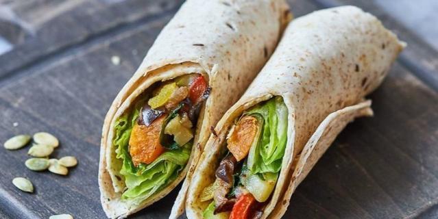 Vegan сендвич-ролл с печёными овощами.