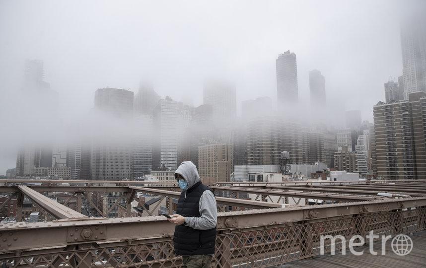 Чем больше влажность воздуха, тем сложнее вирусу выжить. Фото Getty