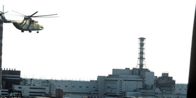 К взорвавшемуся реактору направляется вертолёт.